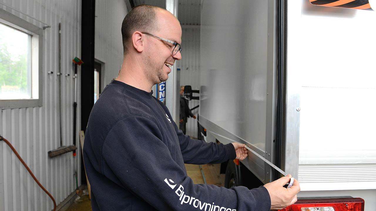 Besiktning av färdigbyggda fordon sker i vår egen besiktningshall av Bilprovningen.