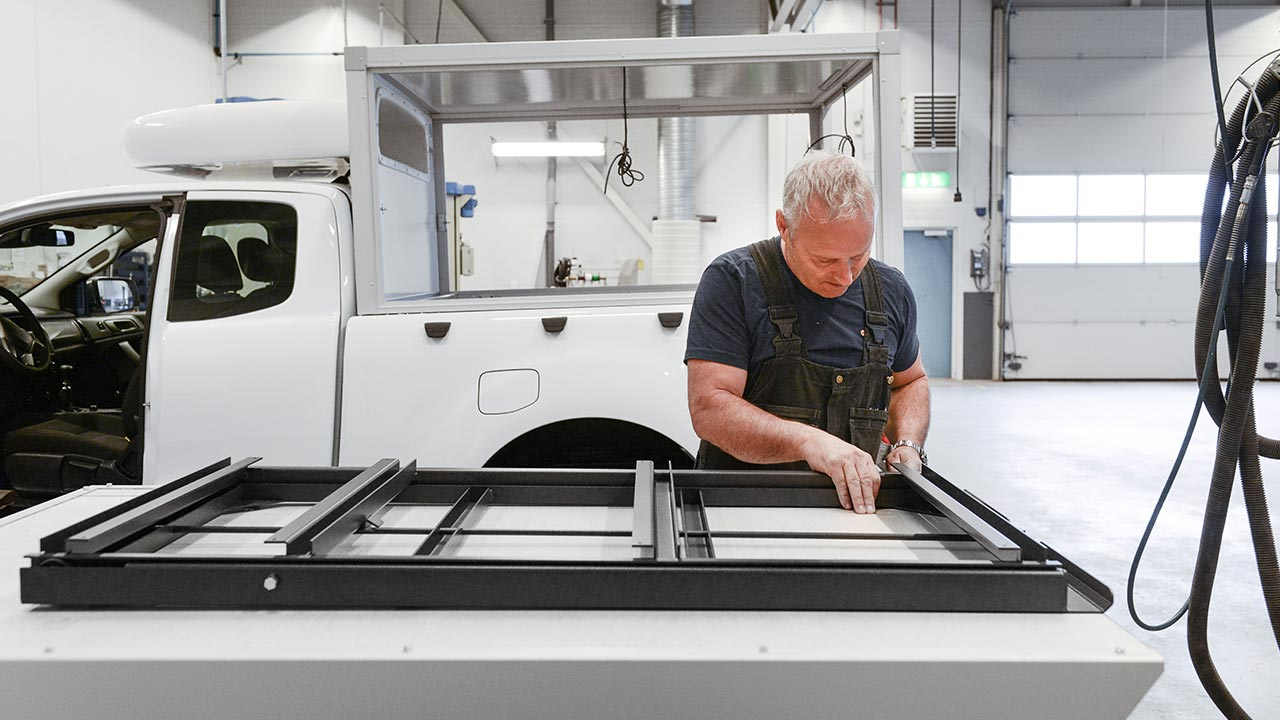 På vår Special Vehicle-avdelning monteras Y1 och Y2 skåp och även kundspecifik extrautrustning