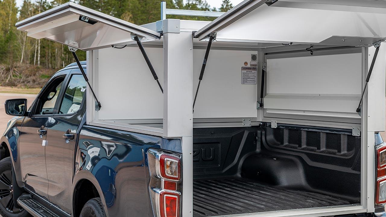 Y1 skåp byggs på fordonets originalflak. Kraftiga gasdämpare håller luckor i öppningsbart läge