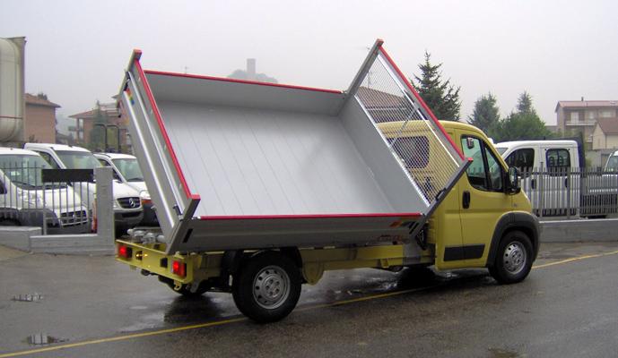 Ydreflaket från Ydre Skåp är vårt standardflak som byggs på ett ramverk av aluminiumbalkar. Som tillval kan ett 3-vägs tippflak väljas